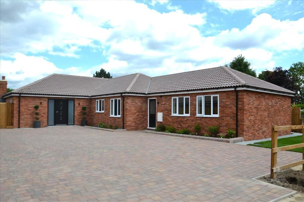 4 Bedrooms Detached Bungalow for sale in Gentle Yard, Green End Road, Great Barford, Bedfordshire, MK44