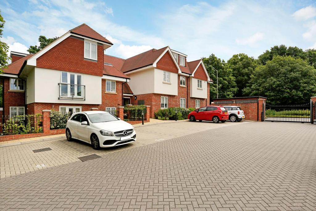 2 Bedrooms Apartment Flat for sale in Wintry Mews, Thornwood Road, Epping, Essex, CM16