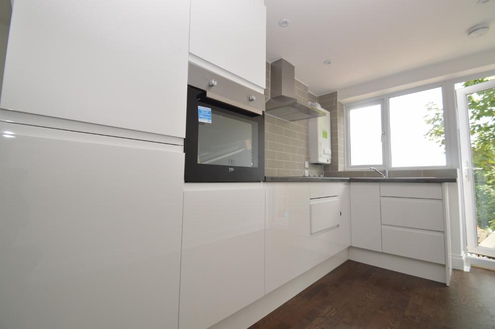 3 Bedrooms Apartment Flat for sale in Sladedale Road, Plumstead, London SE18