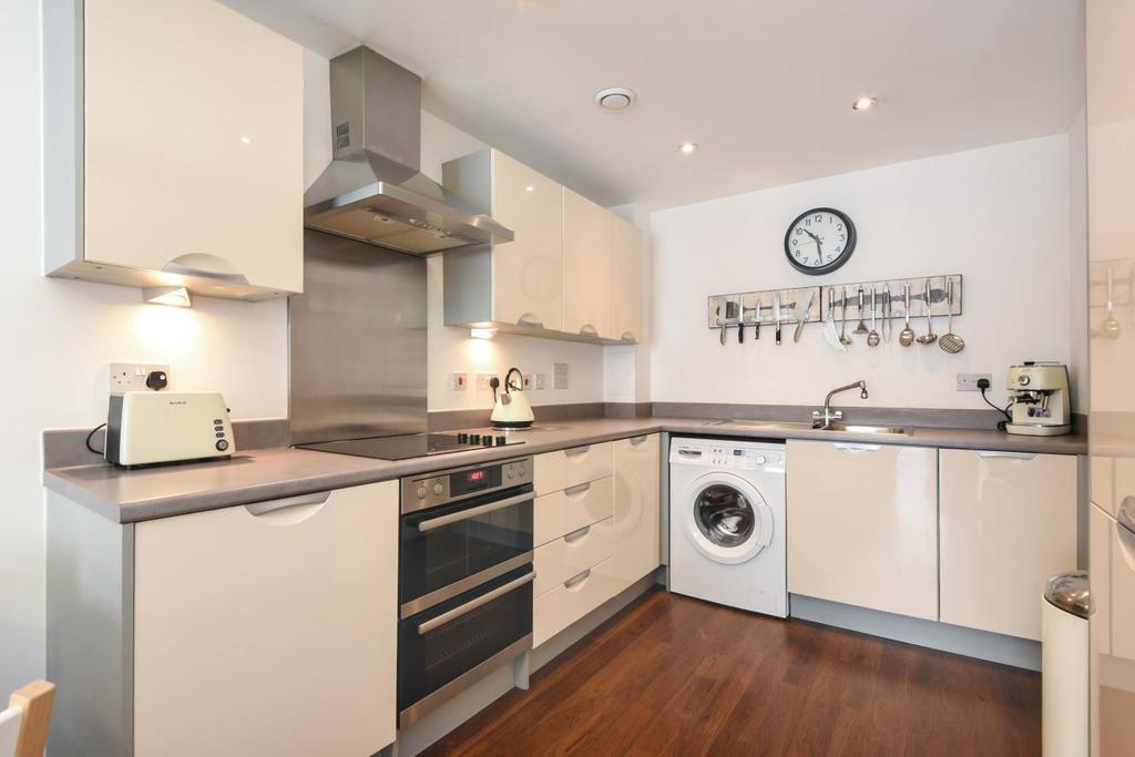 2 Bedrooms Flat for sale in Homesdale Road, Bromley, BR2