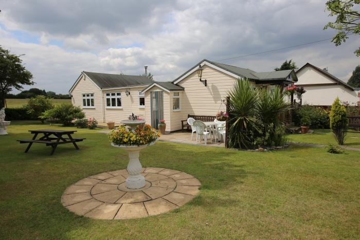 2 Bedrooms Detached Bungalow for sale in CURTIS MILL LANE, NAVESTOCK, ROMFORD RM4
