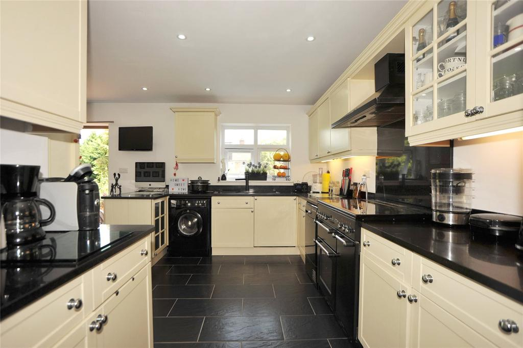 4 Bedrooms Semi Detached Bungalow for sale in Hill Crescent, Hornchurch, RM11