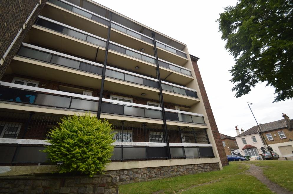 2 Bedrooms Flat for sale in Gossage Road, Plumstead, London SE18