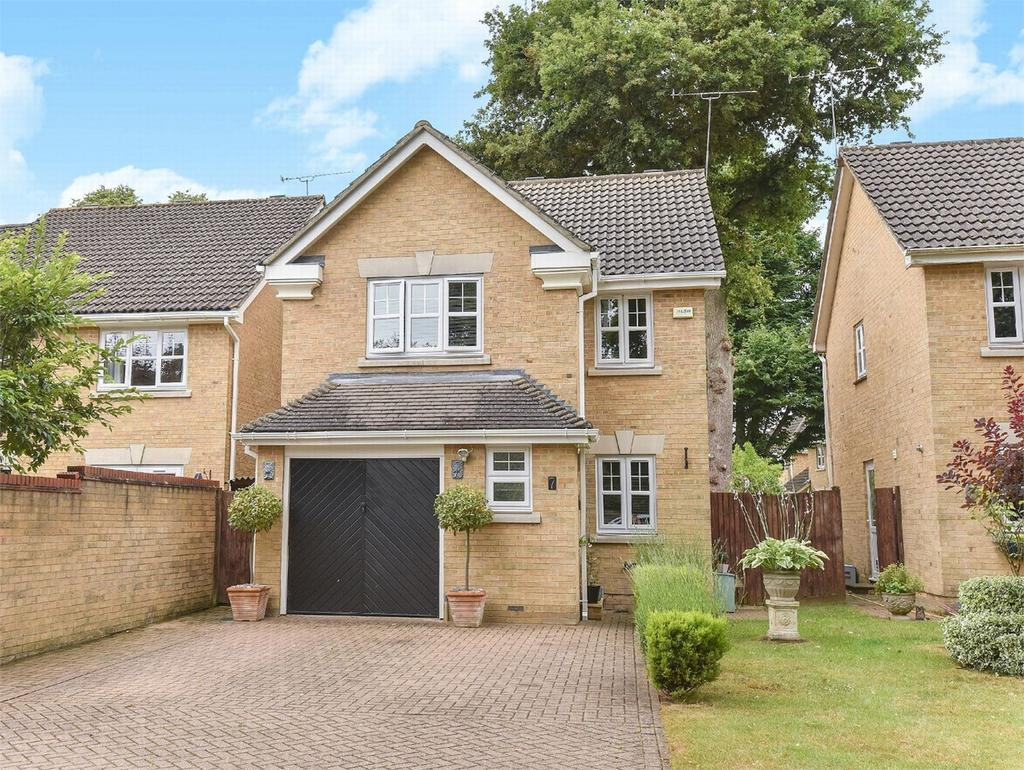 3 Bedrooms Detached House for sale in Camberley, Surrey