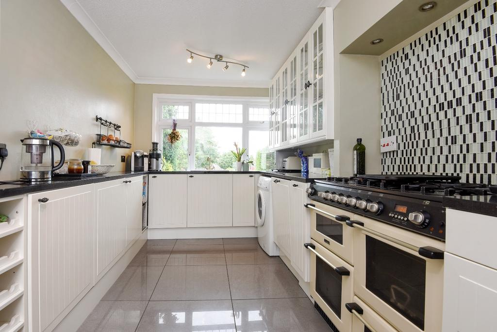 3 Bedrooms Semi Detached House for sale in Bushmoor Crescent London SE18
