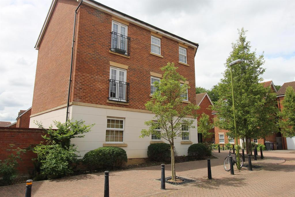 2 Bedrooms Apartment Flat for sale in Whernside Drive, Stevenage, SG1 6HW