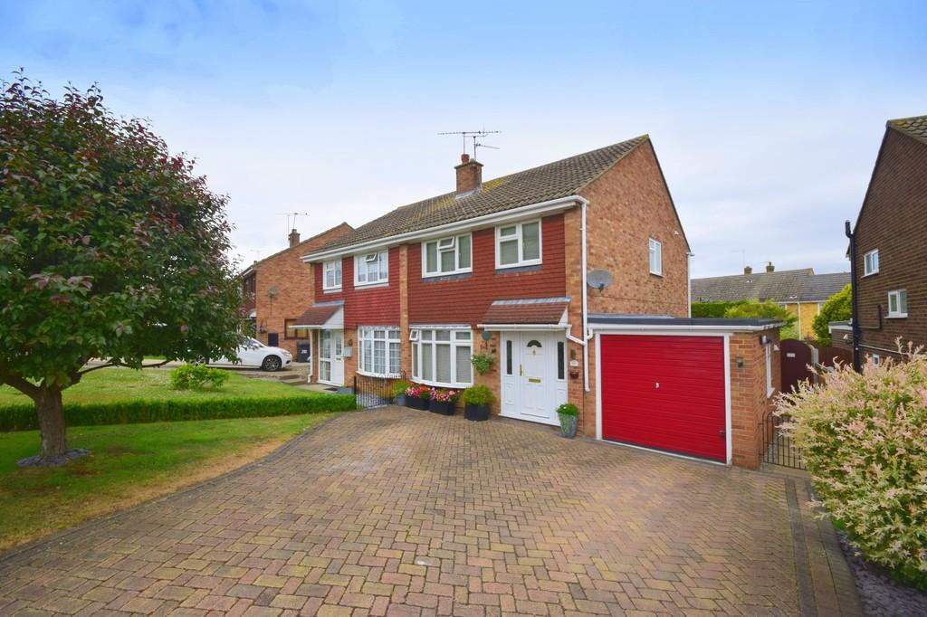3 Bedrooms Semi Detached House for sale in Linnet Drive, Chelmsford