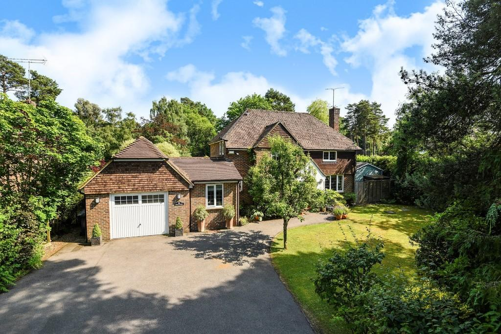 3 Bedrooms Detached House for sale in Boundstone Road, Wrecclesham