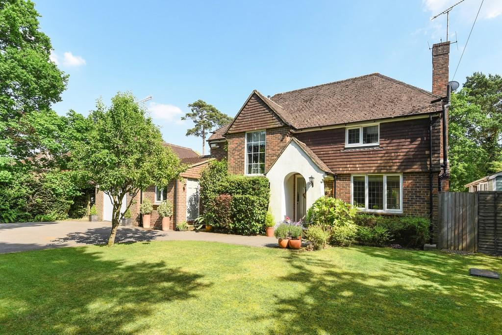 3 Bedrooms Detached House for sale in Boundstone Road, Farnham