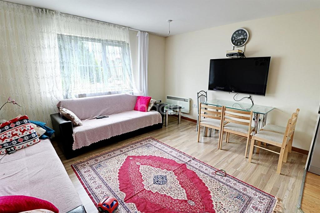2 Bedrooms Flat for sale in Rossmore Close, Enfield, EN3