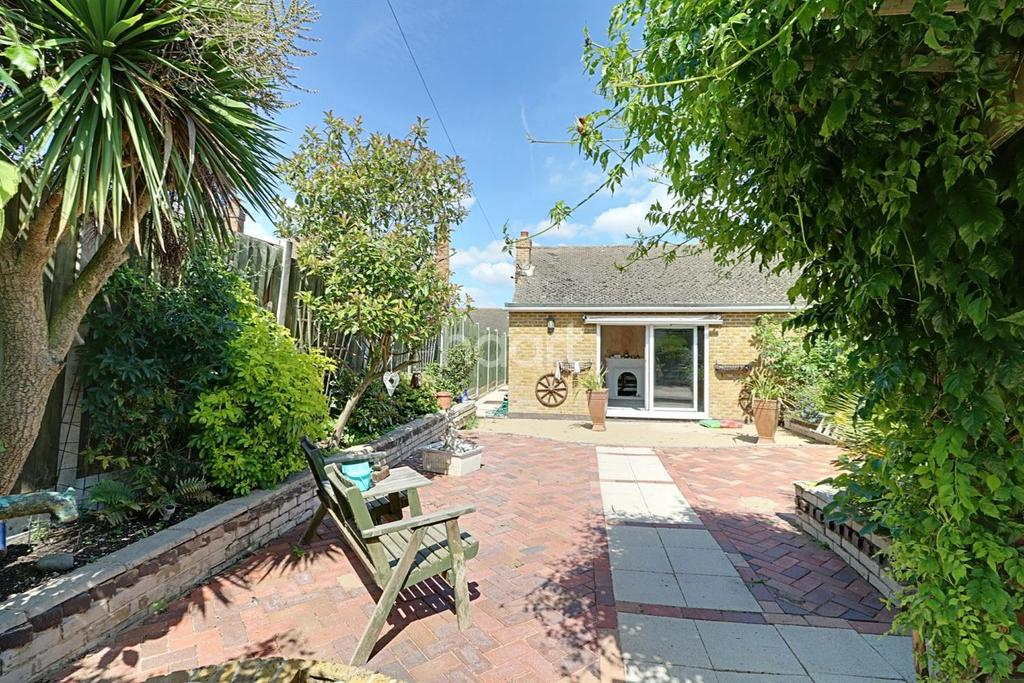 2 Bedrooms Bungalow for sale in Leslie Drive, Leigh-On-Sea
