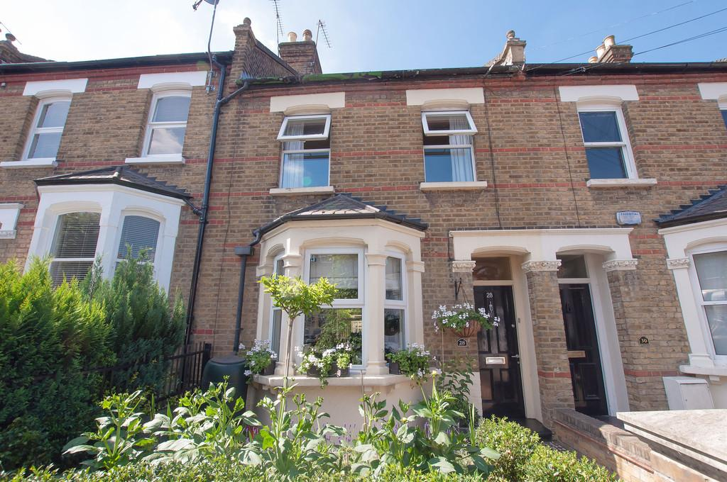 3 Bedrooms Terraced House for sale in Hills Road, Buckhurst Hill
