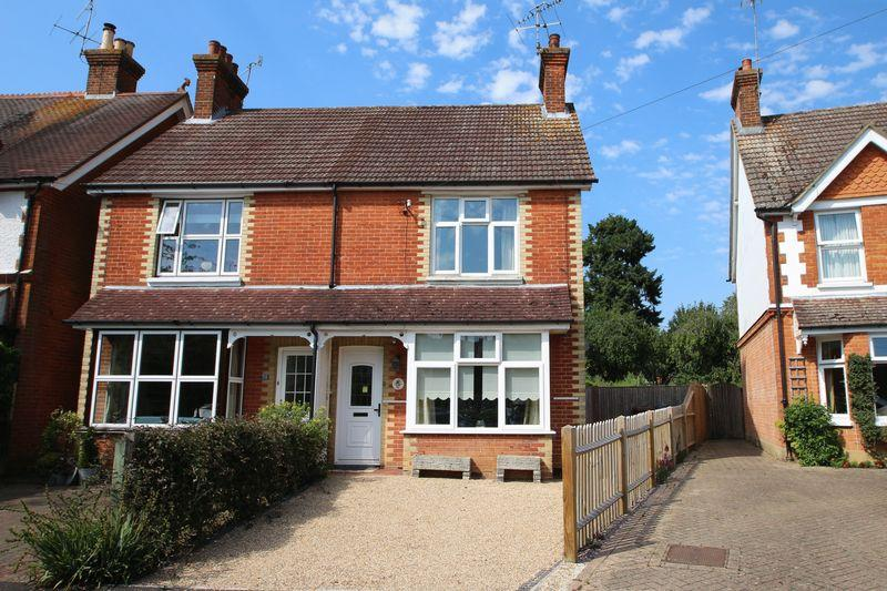 2 Bedrooms Semi Detached House for sale in Mead Road, Cranleigh