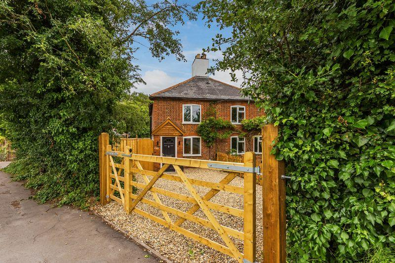 2 Bedrooms Semi Detached House for sale in Guildford Road, Normandy