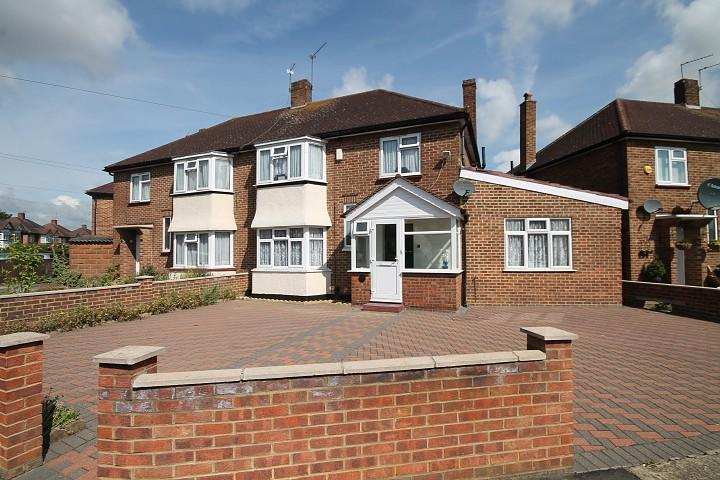 3 Bedrooms Semi Detached House for sale in Eastbourne Road, Feltham, TW13