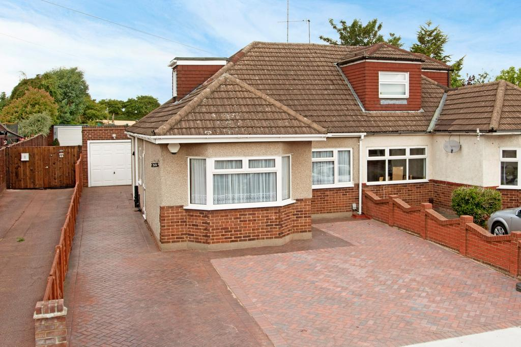 3 Bedrooms Bungalow for sale in Cross Road, Romford, RM7