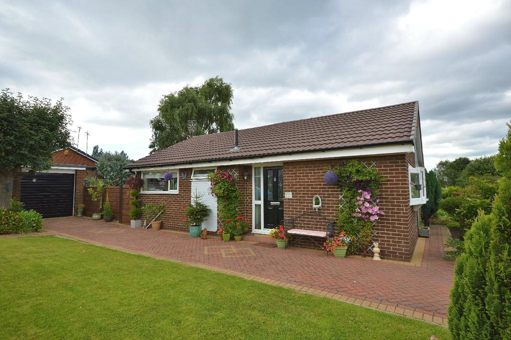 2 Bedrooms Semi Detached Bungalow for sale in Fallow Fields Drive, Stockport