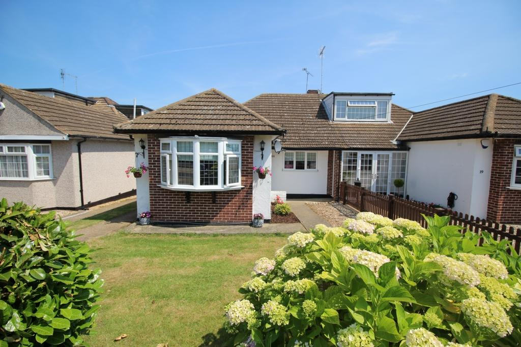 3 Bedrooms Bungalow for sale in Hows Mead, North Weald, CM16