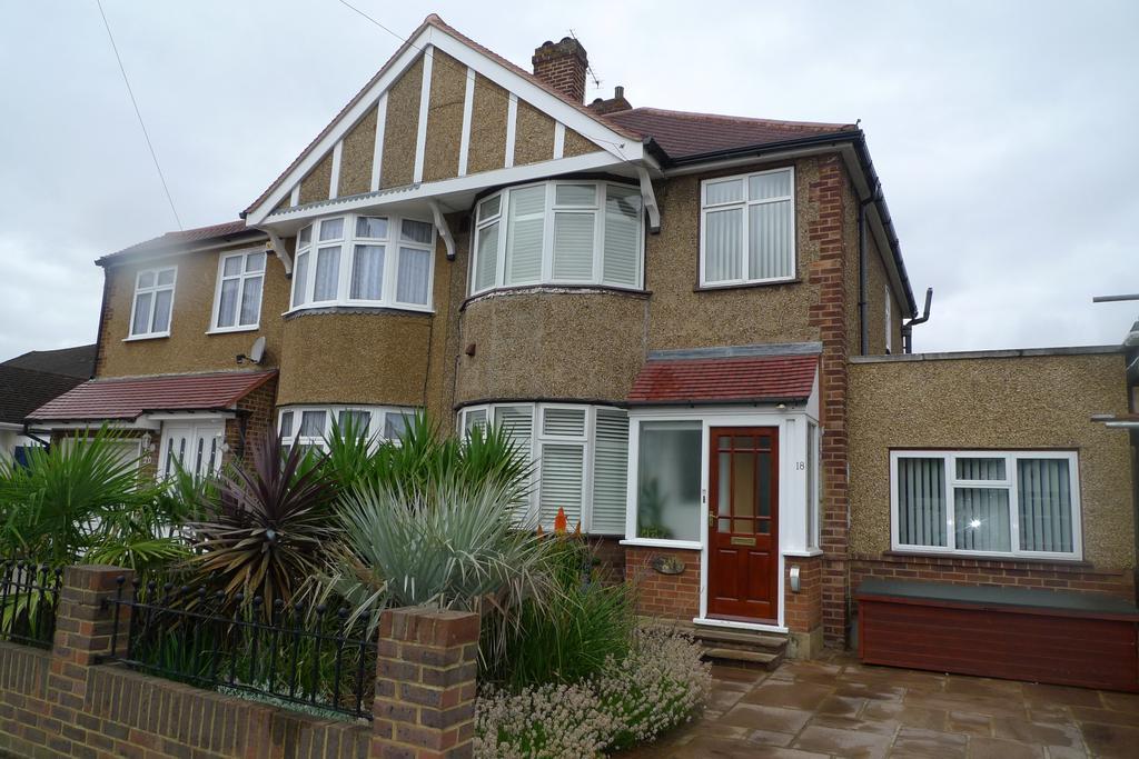 4 Bedrooms Semi Detached House for sale in Cheyne Avenue, twickenham TW2