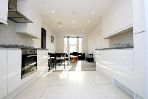 4 bedroom apartment to rent - Harringay Road, London, N15