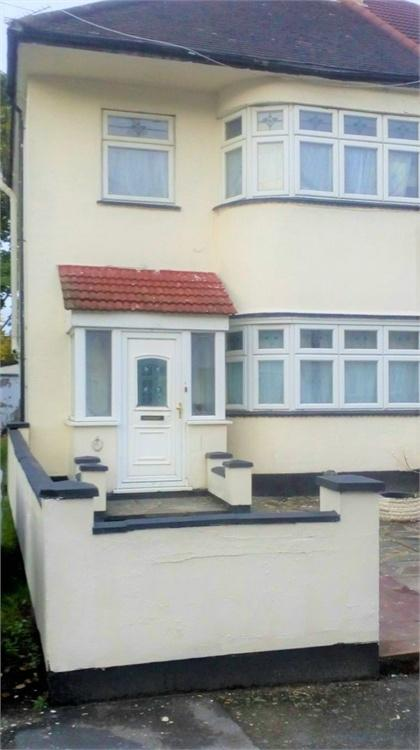 3 Bedrooms Semi Detached House for sale in Foresters Drive, London