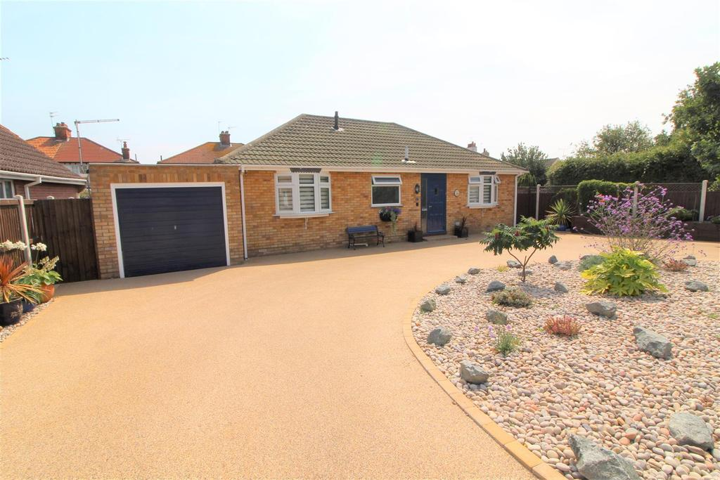 2 Bedrooms Detached Bungalow for sale in Waltham Way, Frinton-On-Sea