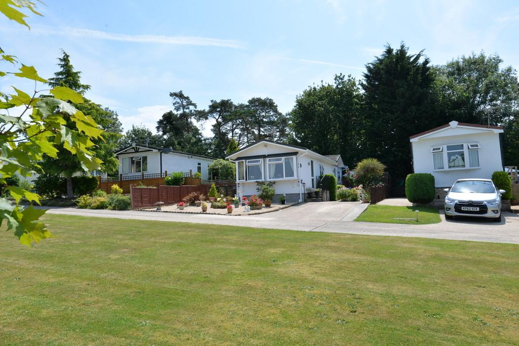 2 Bedrooms Mobile Home for sale in Bashley Cross Road, New Milton