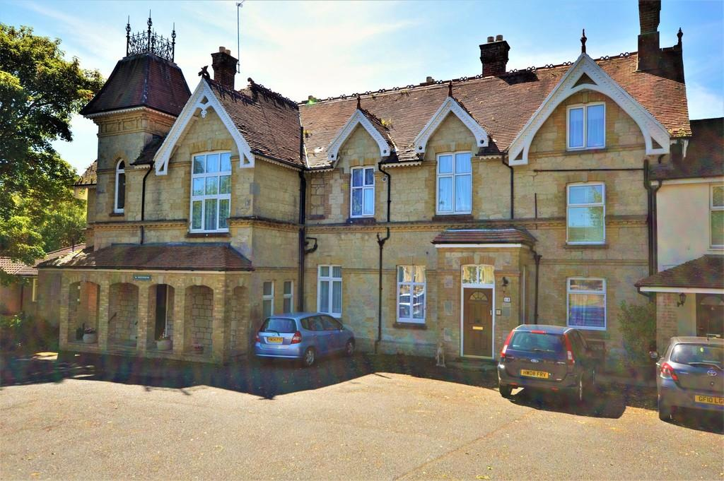 3 Bedrooms Ground Flat for sale in Victoria Avenue, Shanklin
