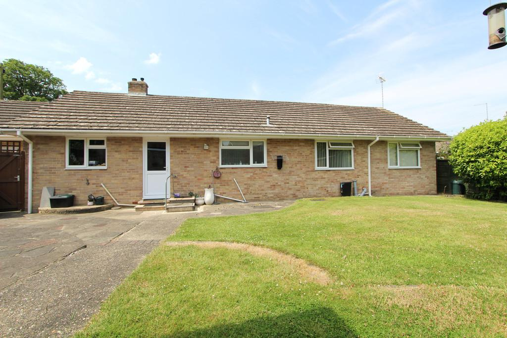4 Bedrooms Detached Bungalow for sale in Oak Tree Drive, Liss