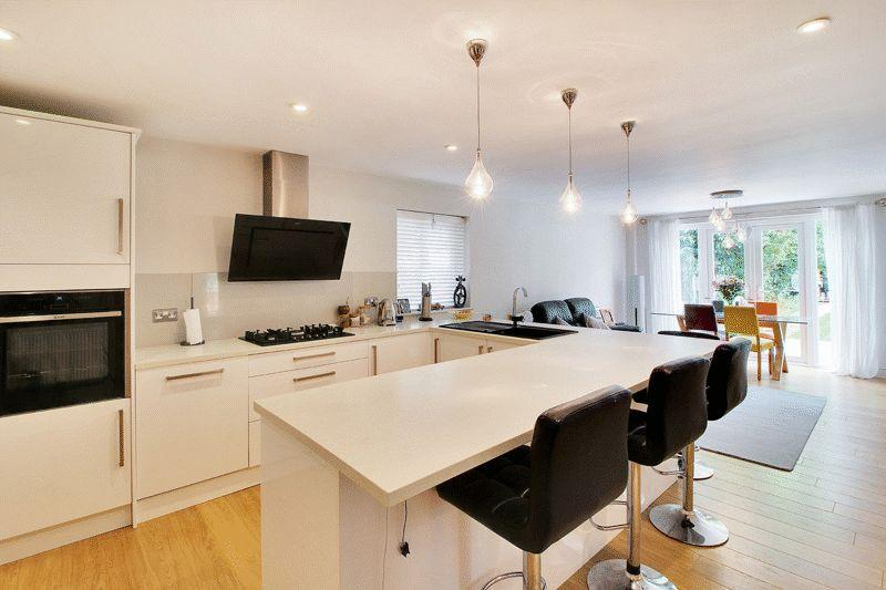 4 Bedrooms Detached House for sale in Springfield Crescent, Horsham