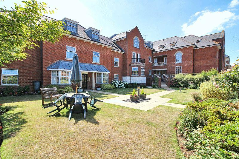3 Bedrooms Retirement Property for sale in Potters Place, Horsham