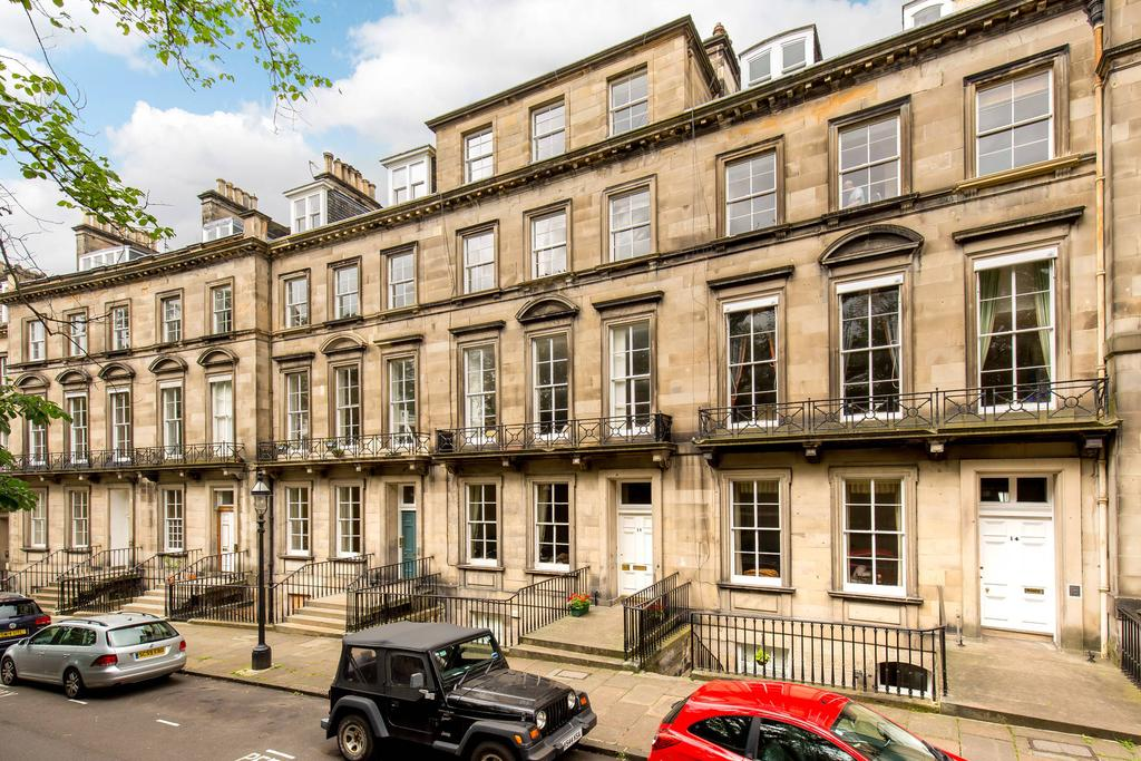 2 Bedrooms Flat for sale in 15/2 Clarendon Crescent, West End, EH4 1PU