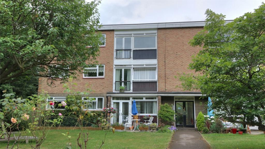 3 Bedrooms Flat for sale in Field Close, Bickley, Kent