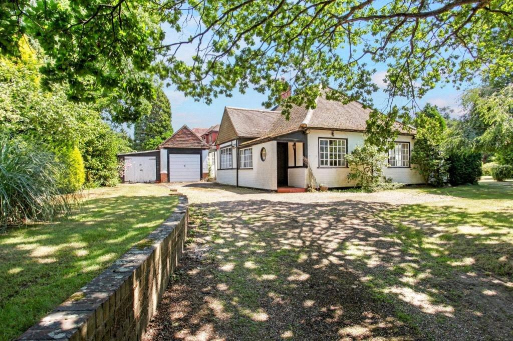 3 Bedrooms Bungalow for sale in Trumps Mill Lane, Virginia Water, Surrey, GU25