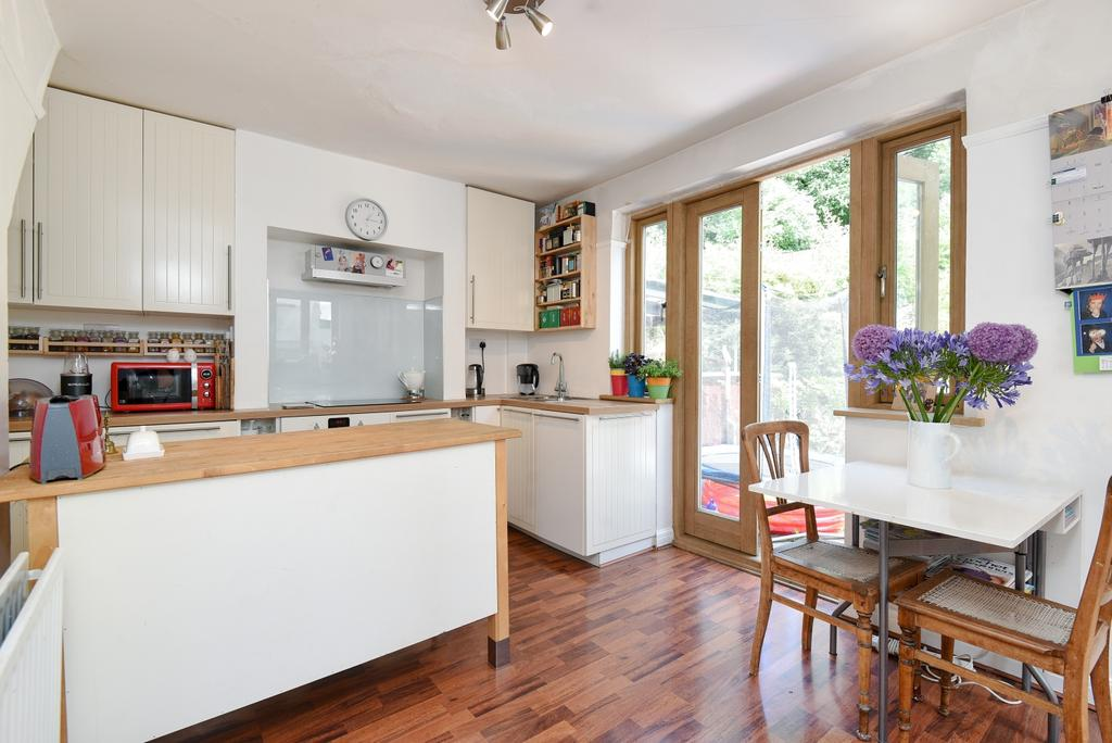 2 Bedrooms Semi Detached House for sale in Castlewood Drive London SE9