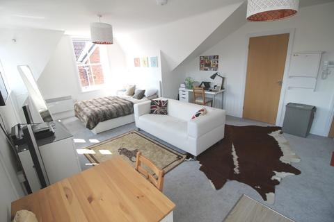 Studio to rent - Victoria Road South, Southsea