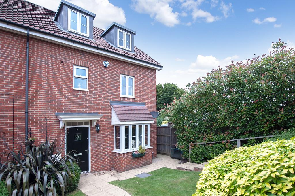 4 Bedrooms Semi Detached House for sale in Crown Close, Buckhurst Hill
