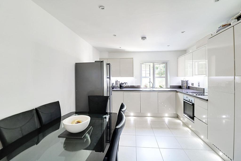 3 Bedrooms Flat for sale in Buttercup Court, Linden Way, Southgate, N14