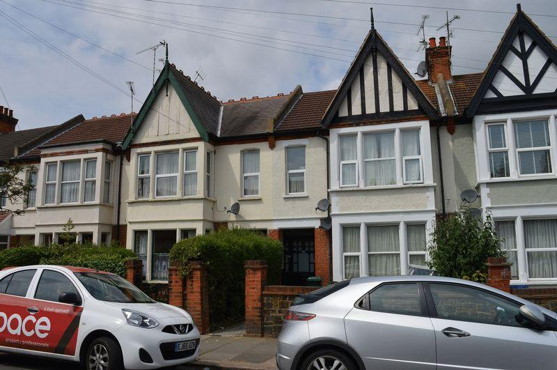 3 Bedrooms Flat for sale in Valkyrie Road, Westcliff-On-Sea