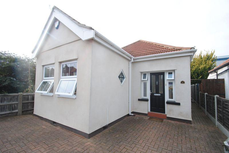 3 Bedrooms Detached Bungalow for sale in Romford
