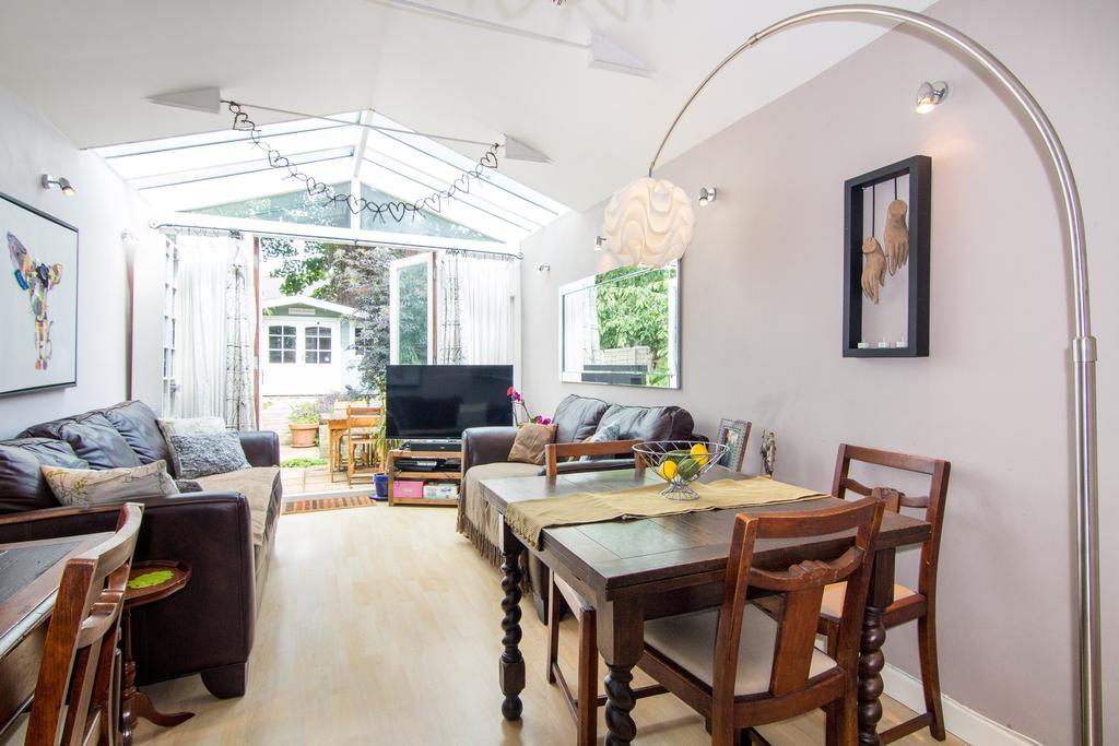 2 Bedrooms Flat for sale in Darwin Road, Ealing