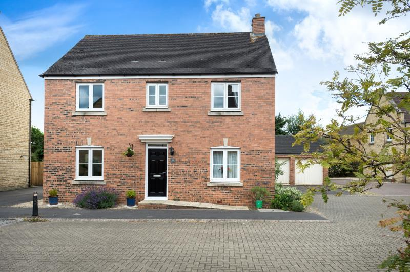 4 Bedrooms Detached House for sale in Barrington Close, Witney, Oxfordshire