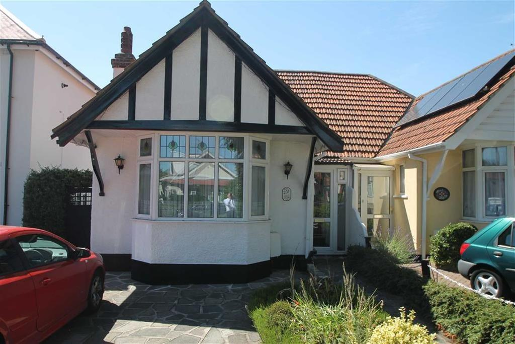 2 Bedrooms Bungalow for sale in Westbourne Grove, Westcliff On Sea, Essex