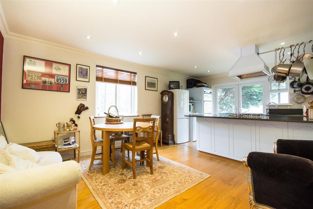 3 Bedrooms Maisonette Flat for sale in Cowley Road, Mortlake
