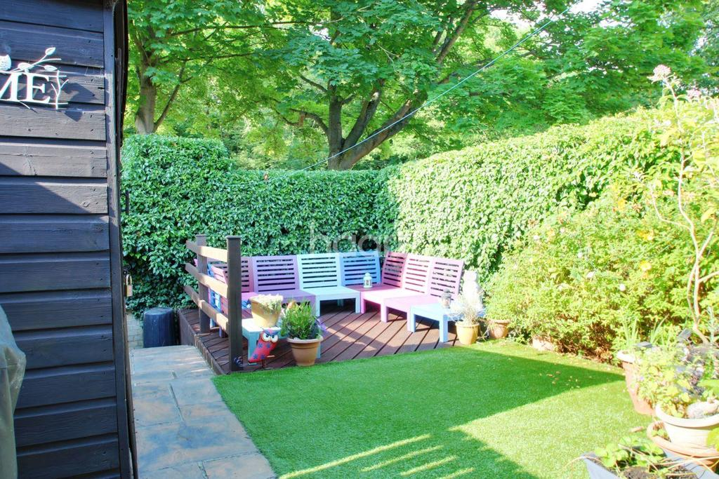 2 Bedrooms End Of Terrace House for sale in Camden Close, Lords Wood