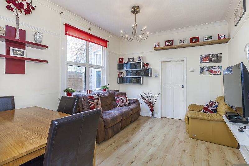 2 Bedrooms Ground Maisonette Flat for sale in Crescent Road, London, Greater London. E18 1JA