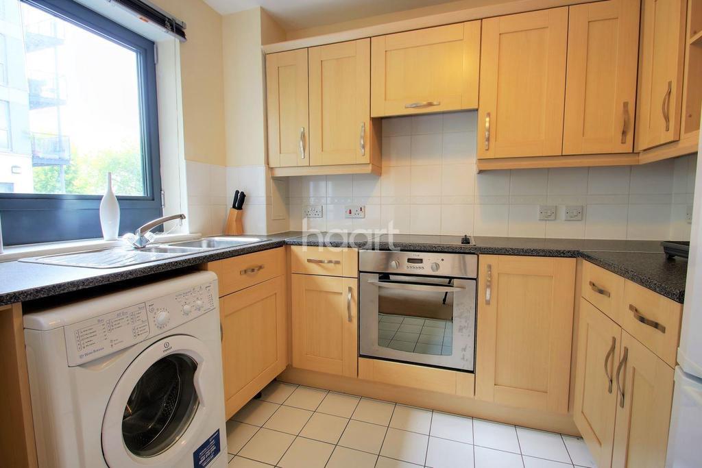 2 Bedrooms Flat for sale in Mckenzie Court, Maidstone, Kent, ME14