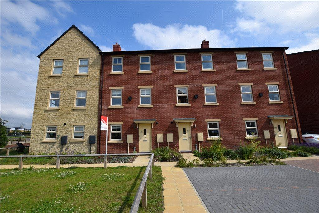 3 Bedrooms Terraced House for sale in Holts Crest Way, Leeds, West Yorkshire