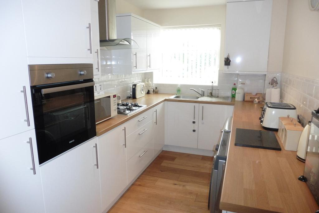 2 Bedrooms Apartment Flat for sale in Amanda Court, Edward Way, Ashford, TW15