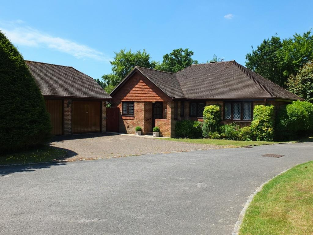 3 Bedrooms Bungalow for sale in Barrington Wood, Lindfield, RH16